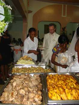 aprs le repas les invits sont venus nous apporter leurs cadeaux nous avons aussi distribu des calendriers 2012 avec notre photo - Traiteur Camerounais Mariage