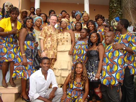 nous sommes ensuite sortis pour une photo de groupe mes remerciements les plus sentis jol lits qui fut notre photographe attitr pour les mariages - Traiteur Camerounais Mariage